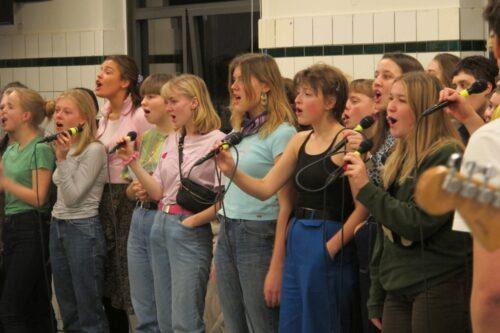 CG-koret synger enstemmigt, lader det til