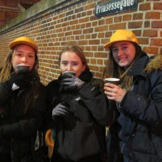 Tre kolde CG-guides på hjørnet af Prinsessegade og Bådsmandsstræde. Drikker varm kaffe som Sofus netop – og meget betænksomt – har bragt ud fra kaffekageboden i studiecenteret.