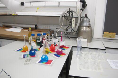 Flotte farver er kemikernes speciale. Det er i øvrigt ikke så længe siden, at kemikerne lærte at fremstille farver kunstigt. Og så er der fysikernes gammelgrå Nilfisk. Nilfisken er stadig i brug, den kan puste, hvilket er genialt, når man har en luftpudebane. Vi har også et airhockey bord, som er i brug, når fysikerne laver forsøg med todimensionelle stød