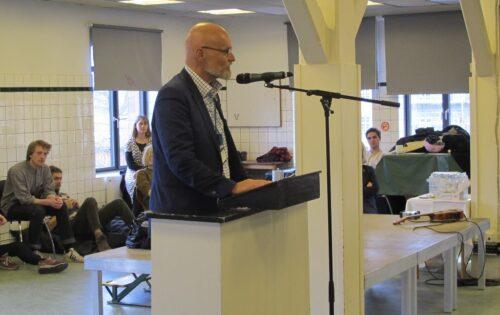 Bestyrelsesformand Niels byder velkommen og gennemgår egen karriere