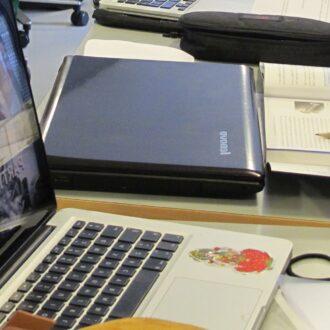Undervisningssituation med computer og bøger
