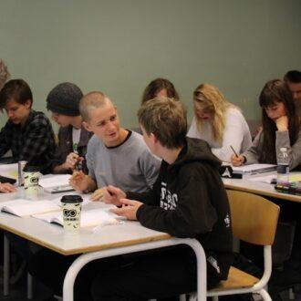 Elever der arbejder med matematik og får vejledning