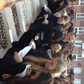 Elever får serveret kage i skolegården
