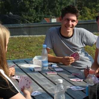 Elever spiller kort på CGs tagterrasse