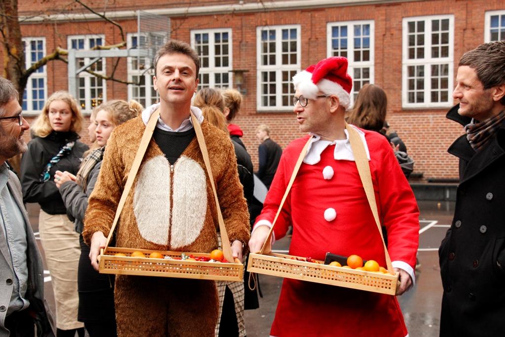 Juleafslutning '18 - fire velklædte kolleger på stribe