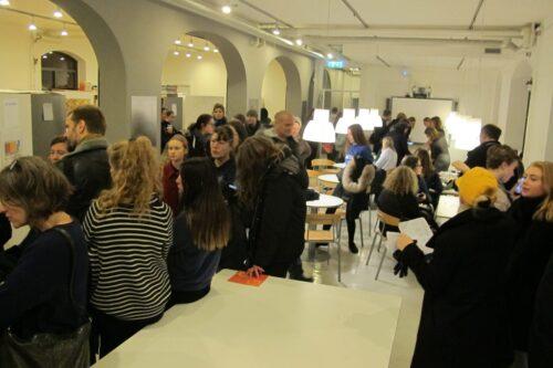 Studiecenteret – travlhed hos studievejlederne og i den kaffekagebod, som elevrådet og Operation Dagsværk drev i fællesskab. Overskuddet går ubeskåret til Operation Dagsværk.