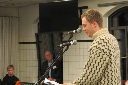 Elevråds-Mathias taler, alle lytter – også rektor Troels. På CG har vi åbent elevråd, alle (elever!) kan møde op til møderne