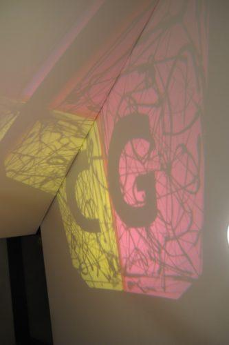 OHP installationskunst på væggen i trappetårnet i CGs anneksbygning