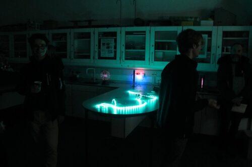 Lys i fysiklokalet, fysiklokalet i mørke