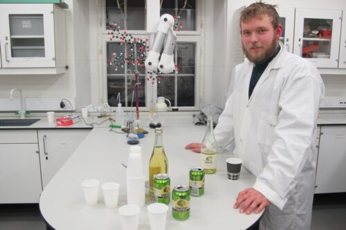 Theo fritidsjobber i en bar og skrev en formidlingsSRP om tanninindholdet i velsmagende tør cider versus det, han synes er udrikkeligt, sødt Sommersbysprøjt. Et af de sjældne tilfælde, hvor vi har måttet ty til at bruge alkoholiske drikke i formidlingen