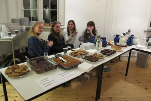 Fire CG elever og det helt store sønderjyske kaffebord – i 1c's kaffekagebod på lærerværelset