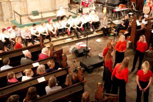 Julekoncert - n-pigekor synger, n-drengekor lytter
