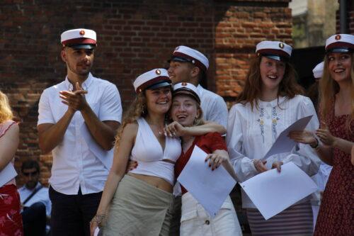 10_3d studenter med eksamensbevis 260620_Emma og Emilie