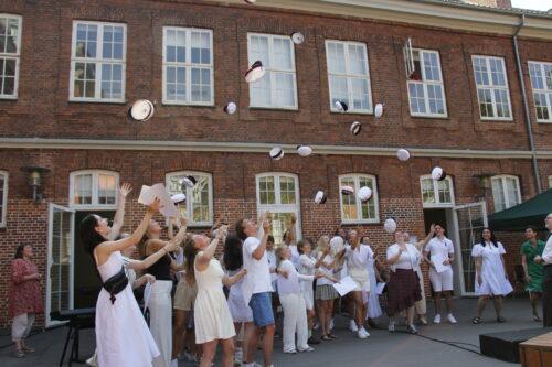 11_3y Studenter med huen i vejret_260620