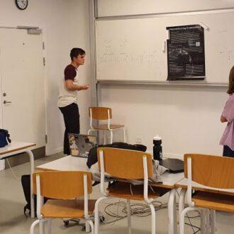 Forskerpraktik 2020 - En gruppe øver et oplæg om kvantecomputere