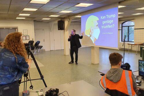 Lars Trier Mogensen i baggrunden og teknikken i forgrunden
